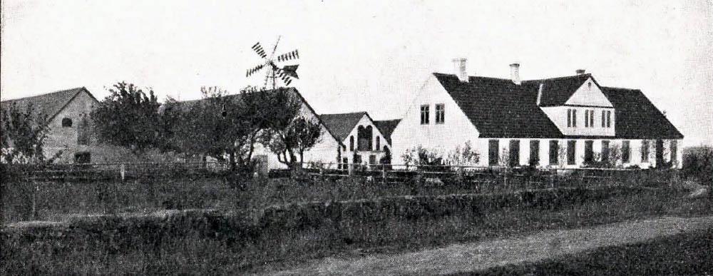Hjortegaard i Østerlars - Hovedbygning er opført af Grundmur og tækket med Tegl. Avlslængerne er af Grundmur med Spaantage.