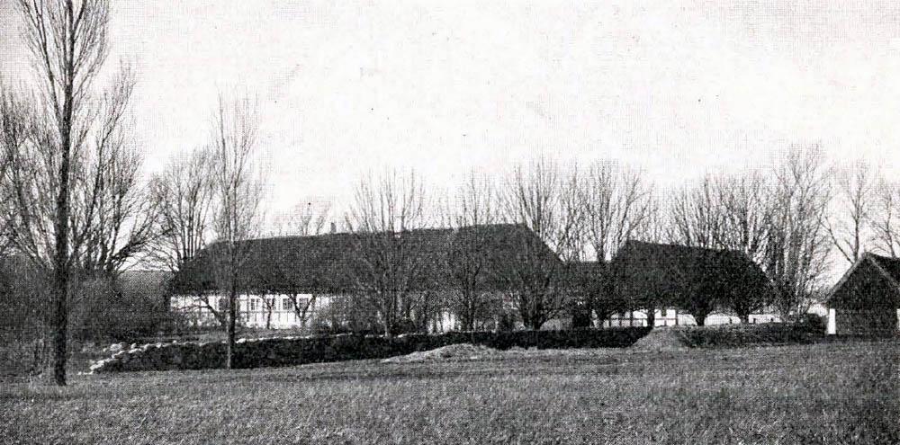 Maglegaard i Bygninger er opførte af Bindingsyærk med Straatage.
