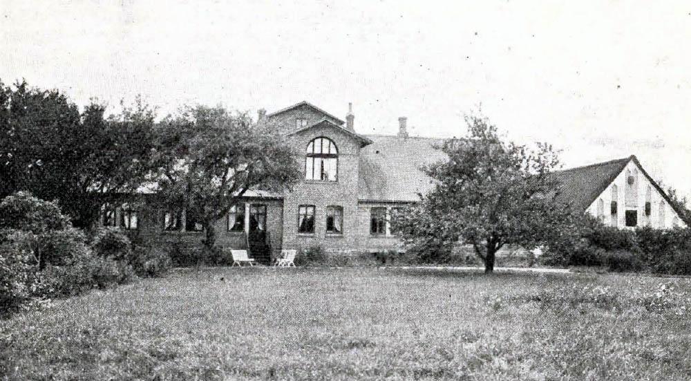 Store Ha11egaard i Aaker - Bygninger er solide og velindrettede, opførte af Grundmur efter Brand 1887. Den herskabelige Hovedbygning er skifertækt ; Avlsbygningerne tækkede med Straa.