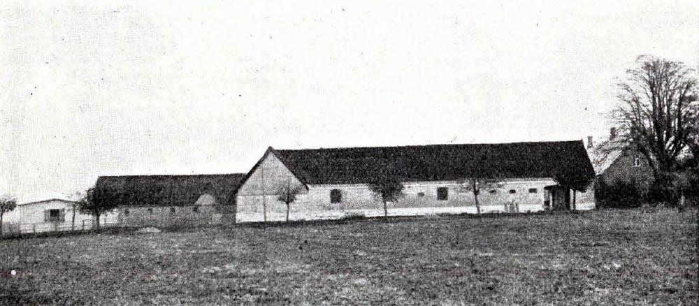 Vallensgaard i Aaker - Hovedbygning er opført af Grundmur med Tegltag. Avlslængerne er dels af Grundmur, dels af Bindingsværk og tækkede med Tegl og Spaan. Til Ejendommen hører 1 Villa.