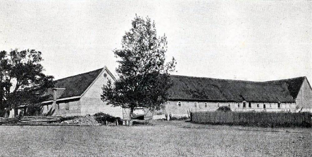 Kjøllergaard i Bodilsker - Hovedbygning er opført af Bindingsværk og tækket med Straa. Avlslængerne er byggede 1901 af Grundmur med Straatage.