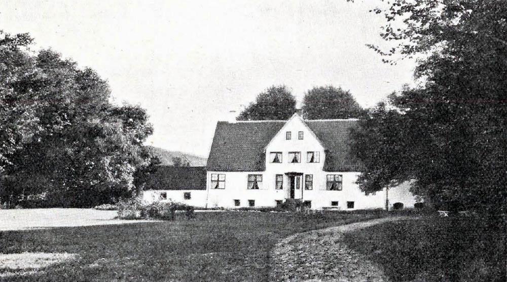 Store Kannikegaard i Bodilsker - Hovedbygning er tækket med Tegl. Avlslængerne er opførte dels af Grundmur, dels af Bindingsværk og tækkede med Spaan og Straa