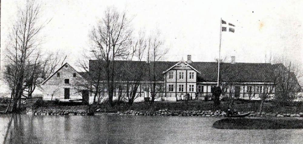 Store Pilegaard i Bodilsker - Hovedbygning er opført af Bindingsværk med Straatag. Af Avlslængerne er n. Længe bygget af Kampesten med Straatag og v. Længe af Beton med Spaantag.