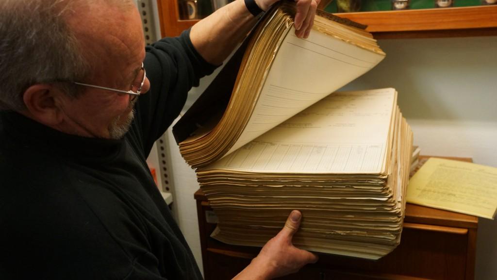 Arkivleder Hans Aage Jeppsen viser protokol nr. 38