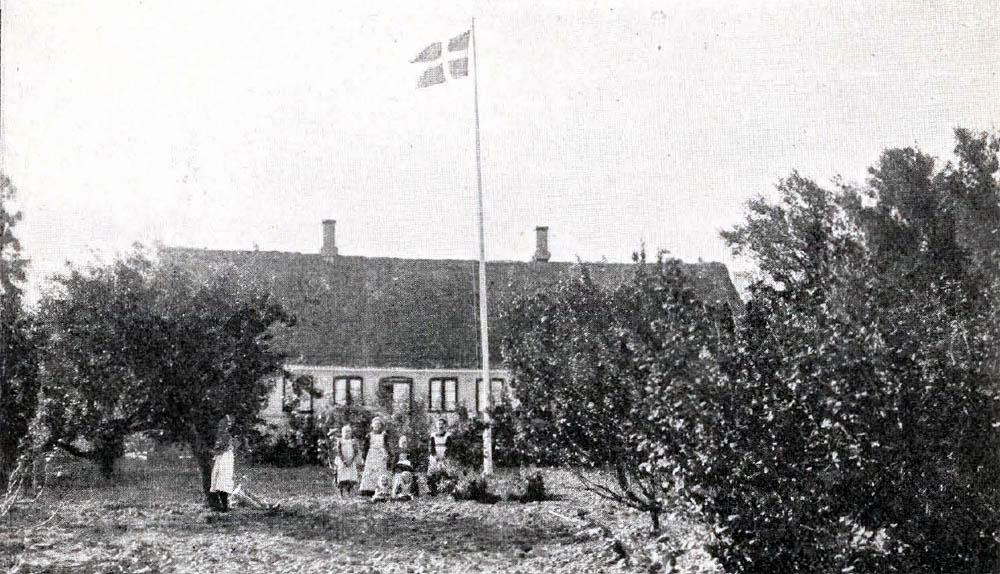 Munkegaard i Ibsker - Hovedbygning er opført af Grundmur med Straatag. Avlslængerne er hovedsagelig af Grundmur.