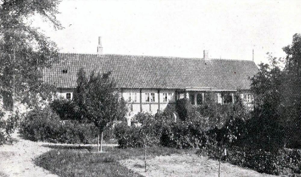 Thingfogedgaard i Ibsker - Hovedbygning er opført af Bindingsværk med Tegltag.Avlslængerne er af Bindingsværk og tækkede med Straa.