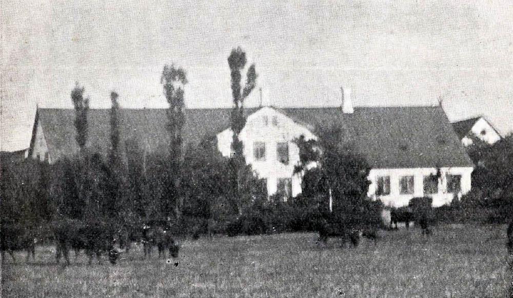 Ladegaard i Klemensker - Hovedbygning er opført af Grundmur med Paptag. Avlslængerne er hovedsagelig af Bindingsværk med Spaantage.Til Ejendommen er lagt Nørregaard i Nyker S.