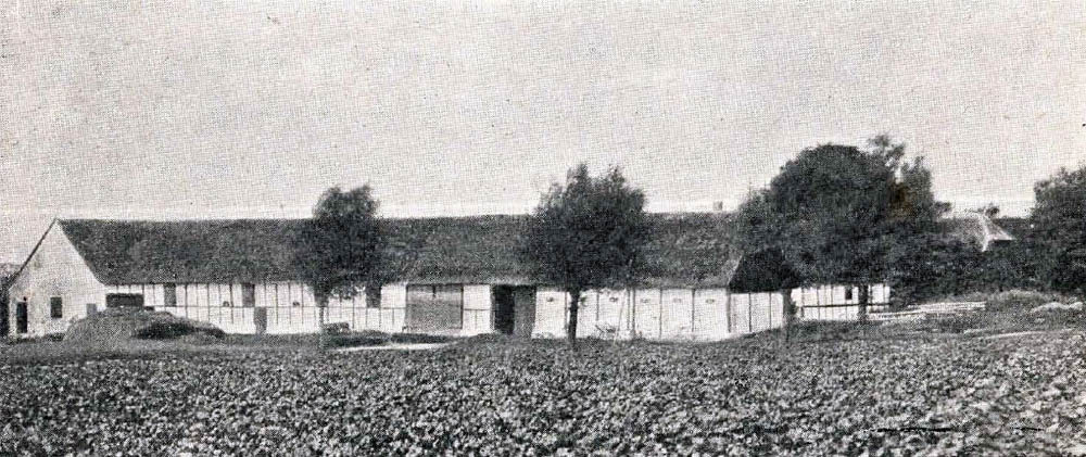 Simblegaard i Klemensker - Hovedbygning er opført af Bindingsværk med Tegltag, Avlslængerne er dels af Grundmur, dels af Bindingsværk.