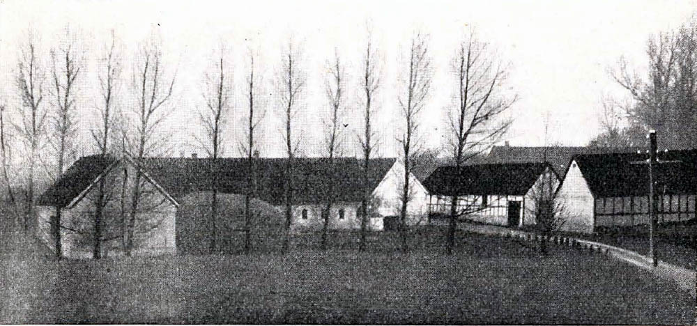 Aabygaard i Nyker - bestaar af 2 Gaarde, der ligger paa hver sin Side af Rønne Hasle Landevej. Den ø. Gaards Hovedbygning er upført af Grundmur med Tegltag, Avlslængerne er af Bindingsværk med Straatage. Den v. Gaards Hovedbygninger af Bindingsværk med Straatag ; den er dels udlejet og dels benyttet til Kornmagasin. Avlslængerne er dels af Grundmur, dels af Bindingsværk og Træ, lækkede med Straa.
