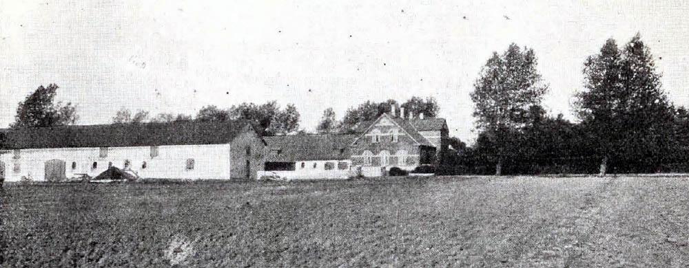 Lille Myregaard i Pedersker - Bygninger er alle af Grundmur, opførte efter Brand 1904. Hovedbygningen er tækket med Tegl, Avlslængerne er tækkede dels med Tegl og dels med Tagpap.