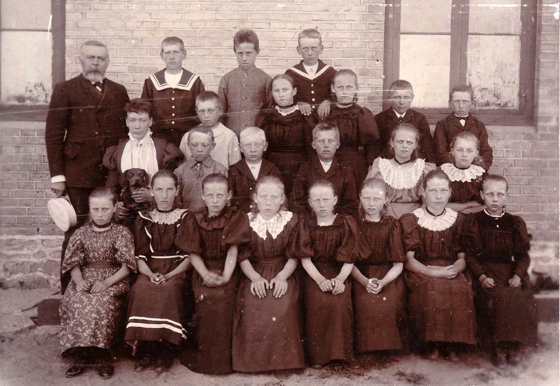 Dette er Poulsker Østre Skole, læreren er H. C. Holm og lærerinden er E. Andersen (Erik Gornitzkas billede)