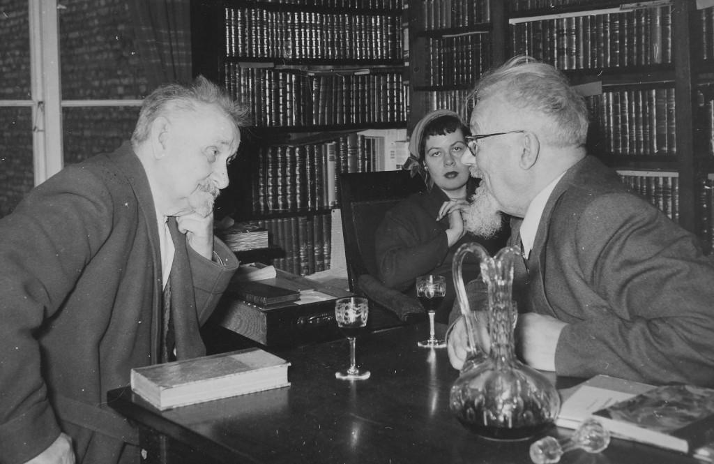 """Sven Lidman """"fortæller en kostelig Historie""""  til P. K. Stibolt. 1954 - Bagerst Stibolt svigerdatter, der er gift med ældste søn som fotograferer"""