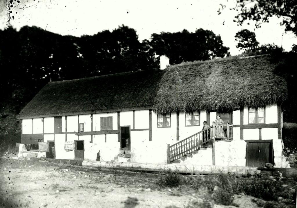 Ejendommene her er fra højre Vang 64, 66 og 68, alle tre er bygget i årene 1897-1898. BM 1466. Glaspladerne fundet på Strandhotellet i Sandvig 1973.