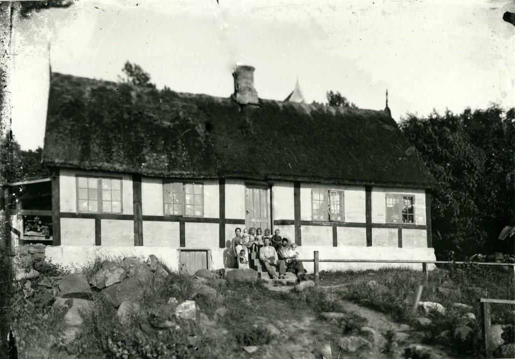 """Vang. Formentlig Vang 70, huset i """"Skærby"""". BM 1466. BM. Det er en af en samling glasplader, som i 1973 blev fundet i forbindelse med en ombygning af Strandhotellet i Sandvig. I 12 time kan man sige, de er desværre i dårlig stand."""